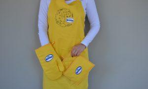 apron, oven mitt & pot holder